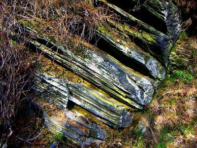pizarra sierra norte de Guadalajara, roca metamórfica pizarra, paisaje pizarroso