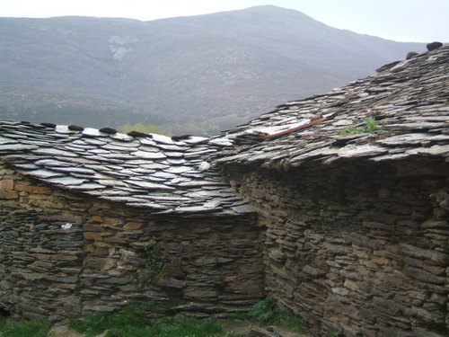 arquitectura negra de guadalajara, pueblos de pizarra sierra norte de guadalajara, casas de pizarra en la sierra de guadalajara