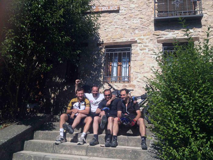 amigos ciclistas alojados en las trojes