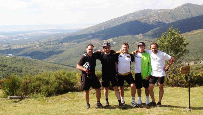 amigos ciclistas en ruta